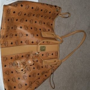 Large reversible MCM bag w/bunny key chain